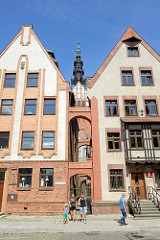 Wohnhäuser in Elbląg / Elbing; schmaler Gang zur St. Nikolai Kathedrale.