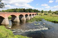 Backsteinbrücke in Kuldīga über die Venta; erbaut im 19. Jahrhundert - mit 164 m die längste Autobrücke aus Ziegel in Europa.