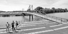 Fußgängerbrücke in Geesthacht - Verbindung zwischen Hafenrand und Werfthalbinsel an der Elbe.