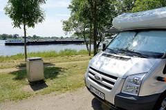 Stellplätze / Parkplätze für Wohnmobile an der Elbe bei Geesthacht - ein Binnenschiff fährt Richtung Schleuse.