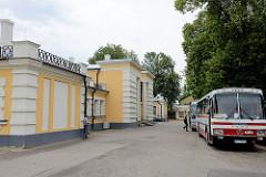 Bahnhof / Empfangsgebäude mit Bushaltestelle in Cēsis / Lettland.