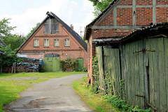 Bauernhaus mit Tenne und Dachboden, gestapeltem Feuerholz - Fachwerkgebäude und Garagen; Impressionen aus Hittfeld / Seevetal.