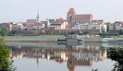 Blick über die Weichsel zur Altstadt von Toruń - im Bildzentrum die Johannes dem Täufer als auch dem Evangelisten Johannes geweihte Kirche aus dem 13. Jahrhundert; lks. die Heilig-Geist-Kirche aus dem Barock, erbaut 1754.