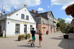Geschäftshäuser - Wohngebäude in der Fussgängerzone Liepājas iela in Kuldīga / Lettland.