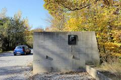 Blutstraße am Ettersberg bei Weimar; die Straße führt zum ehemaligen KZ Buchenwald und wurde von Lagerhäftlingen gebaut; Straßeneinfahrt mit Denkmal für Henri Manhès.