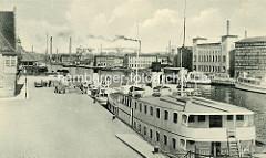 Alte Fotografie von Industrieanlagen / Hafen von Elbląg / Elbing - im Vordergrund ein Fahrgastschiff, Ausflugsdampfer am Anleger.