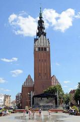 Kirchenvorplatz  mit Brunnen in Elbląg / Elbing - ehemalige Stadtpfarrkirche St. Nikolai, seit den 1950er Jahren Dom zum Heiligen Nikolaus (gotisch, 13. bis 15. Jahrhundert, umgebaut im 18. Jahrhundert.)