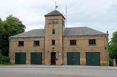 Feuerwehrgebäude mit Schlauchturm - Fassade gelber Ziegel; Architektur in Cesis / Lettland.