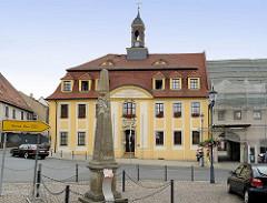 Rathaus von Strehla, Barock-Architektur von 1751, lks. die kursächsische Postdistanzsäule - ursprünglich aufgestellt 1729.