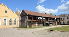Rückseite der  ehem. Synagoge in Kuldīga / Lettland; in den 1950er Jahren zum Kino umgebaut, seit 2011 Sitz der Stadtbibliothek. Langer Holzschuppen mit Laubengang im Hinterhof.