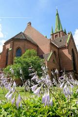 Sankt Annen Kirche in Kuldīga / Lettland  - erbaut 1904 - Architekt Wilhelm Neumann; neogotische Backstein-Architektur, blühende Blumen.