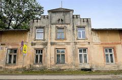 Wohnhaus mit Treppengiebel - Architektur der 1920er Jahre; Bilder aus Cēsis / Lettland.