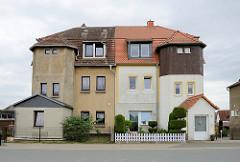 Doppelvilla in Strehla; symmetrische Bauweise - unterschiedliche Stadien der Renovierung / Fassadengestaltung.