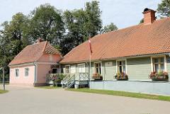 Historische Häuser / Museum auf der Burganlage von Valmiera.