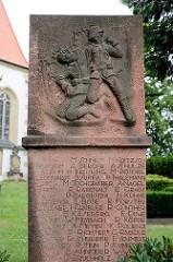 Denkmal, Erinnerung an die Gefallenen des I. Weltkrieg - Relief von Soldaten; Strehla - Landkreis Meißen.