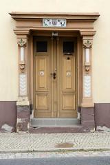 Alte Gründerzeit Holztür mit geschitzten Säulen - Fussweg mit Pflastersteinen, Hauptstraße von Strehla.