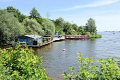 Liegeplätze von Hausbooten an der Elbe bei Geesthacht.