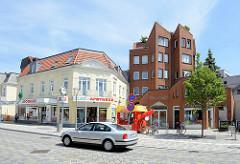 Historische und moderne Bebauung  - Wohnhäuser / Geschäftshäuser in der Bergedorfer Straße von Geesthacht.