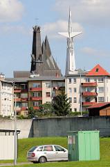 Wohnblocks / Wohnhäuser - im Hintergrund die Kirche der Mutter Gottes, der Königin  von Polen, erbaut 1975 - Bilder aus Elbląg / Elbing.