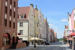 Neubauten mit teilw. historisierenden Fassaden; Straße Wigilijna in Elbląg / Elbing.