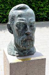 Bronzebüste von Alfred Nobel (1833-1896) in der Innenstadt von Geesthacht - Nobel errichtete 1865 eine Fabrik für Nitroglycerin bei Geesthacht.