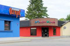 Flachbauten mit blauer und roter Fassade - Casino + Multi Clubs in Valmiera, Lettland.