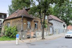 Landestypische Holzarchitektur - altes Doppelhaus mit Holzfassade in Cēsis.