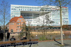 Neubauten / Spiegelgebäude am Ericusgraben, Ericusspitze in der Hamburger Hafencity; lks. ehem. Zollgebäude an der Ericusbrücke.