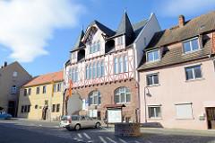 Historisches Rathaus von Mansfeld an der Lutherstraße - das Gebäude steht unter Denkmalschutz. Oberer Teil vom Rathaus ist in Fachwerkbauweise errichtet, das Erdgeschoss in rotem Sandstein.
