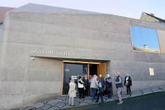 Museum Luthers Elternhaus gegenüber dem historischen Gebäude, Wohnhaus Luthers während seiner Kindheit. Das Museumsgebäude wurde 2014 erbaut - Entwurf Anderhalten Architekten. 3,5 Mio EUR teure Museum z. Zt. von  jährlich ca. 7000 BesucherInnen.