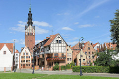 Panorama der Altstadt in Elbląg / Elbing; rekonstruiertes Fachwerkgebäude - Kirchturm der St. Nikolai Kathedrale.