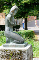 Bronzeskulptur Knieende nackte Frau - Kuldīga / Lettland.