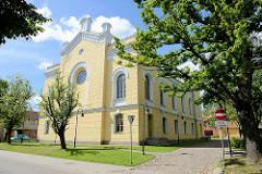 Ehem. Synagoge in Kuldīga / Lettland, erbaut 1875 während der Herrschaft von Zar Alexander II; in den 1950er Jahren zum Kino umgebaut, seit 2011 Sitz der Stadtbibliothek.
