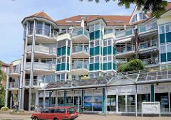 Moderne Architektur in Geesthacht - Wohnhaus mit Balkons, Kundenzentrum der Stadtwerke in der Schillerstraße.