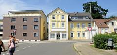 Wohnhäuser an der Lauenburger Straße in Geesthacht - moderner kubischer Neubau, historischer Altbau der Gründerzeit.
