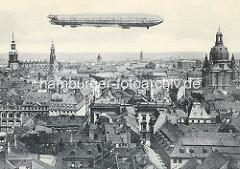 Historische Luftansicht der Stadt Dresden - Luftschiff über den Häusern.