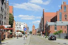 Blick durch die Straße Alten Markt / Stary Rynek zum Markttor von Elbląg / Elbing - Ursprungbau gotischen Ursprungsbau von 1314 - Festungsanlage der Stadt.