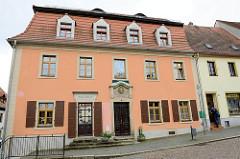 Wohnhaus, ehem. Apotheke am Markt von Strehla, barocker Putzbau aus dem 18. Jahrhundert; über der Haustür befindet sich ein Bismarck-Medaillon.