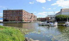 Industriearchitektur am Hafen von Elbląg / Elbing - im Vordergrund Sportboote in der Marina.