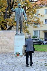 Denkmal für Ernst Thälmann am Buchenwaldplatz in Weimar. Thälmann war der Vorsitzende der Kommunistischen Partei Deutschlands und Reichstagsabgeordneter von 1924 - 1933; er wurde 1944 im KZ Buchenwald ermordet. Bildhauer Walter Arnold - 1958.