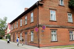 Holzarchitektur in Valmiera, Lettland - historische Holzbauweise.