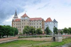 Blick über die Elbe zum Schloss Hartenfels in Torgau. Der Schlossbau wurde im 15. Jahrhundert von Konrad Pflüger, einem Schüler Arnolds von Westfalen begonnen und im 16. Jahrhundert von Konrad Krebs fortgeführt. Es handelt sich um das größte vollstän