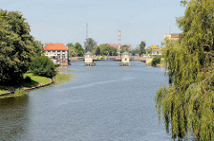 Blick über den Fluß Elbląg / Elbing zur Brücke.