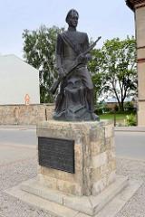 Denkmal vom Studentenregiment während der Befreiungskämpfe bei Cēsis 1919; Neuaufbau der Bronzestatue 1992.