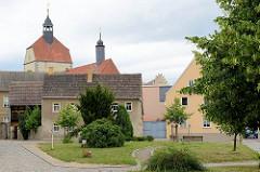 Wohnhäuser an der Bretscheidstrasse in Mühlberg / Elbe; Blick zur Frauenkirche.