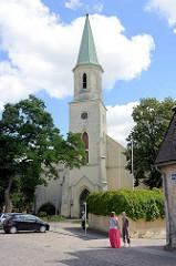 Historische St. Katharinenkirche in Kuldīga / Lettland, ursprünglich aus dem 13. Jahrhundert, später verändert mit barockem Altar.