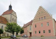 Rathaus aus dem 16. Jahrhundert mit ornamentiertem Stufengiebel;  Stadtkirche / Frauenkirche, erbaut 1487/1535 in  Mühlberg, Elbe.
