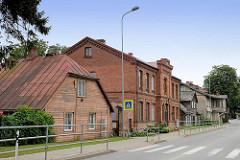 Holzhaus mit Metalldach - Metallplatte gedeckt / Krüppelwalmdach - Ziegelarchitektur / Verwaltungsgebäude in Cēsis, Lettland.