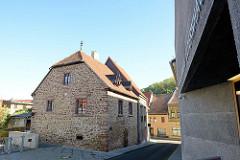"""Elternhaus von Martin Luther; der spätere Reformator lebte dort mit seinen 8 Geschwistern  und besuchte 1488 bis 1496 in Mansfeld die Schule - re. der moderne Museumsbau """"Luthers Elternhaus """"."""