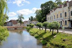 Blick zum Wehr und Mühlengebäude am Alekšupīte   in Kuldīga - re. das Gerichtsgebäude der Stadt.